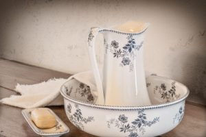 Waschschüssel mit Kanne, Seife und Handtuch